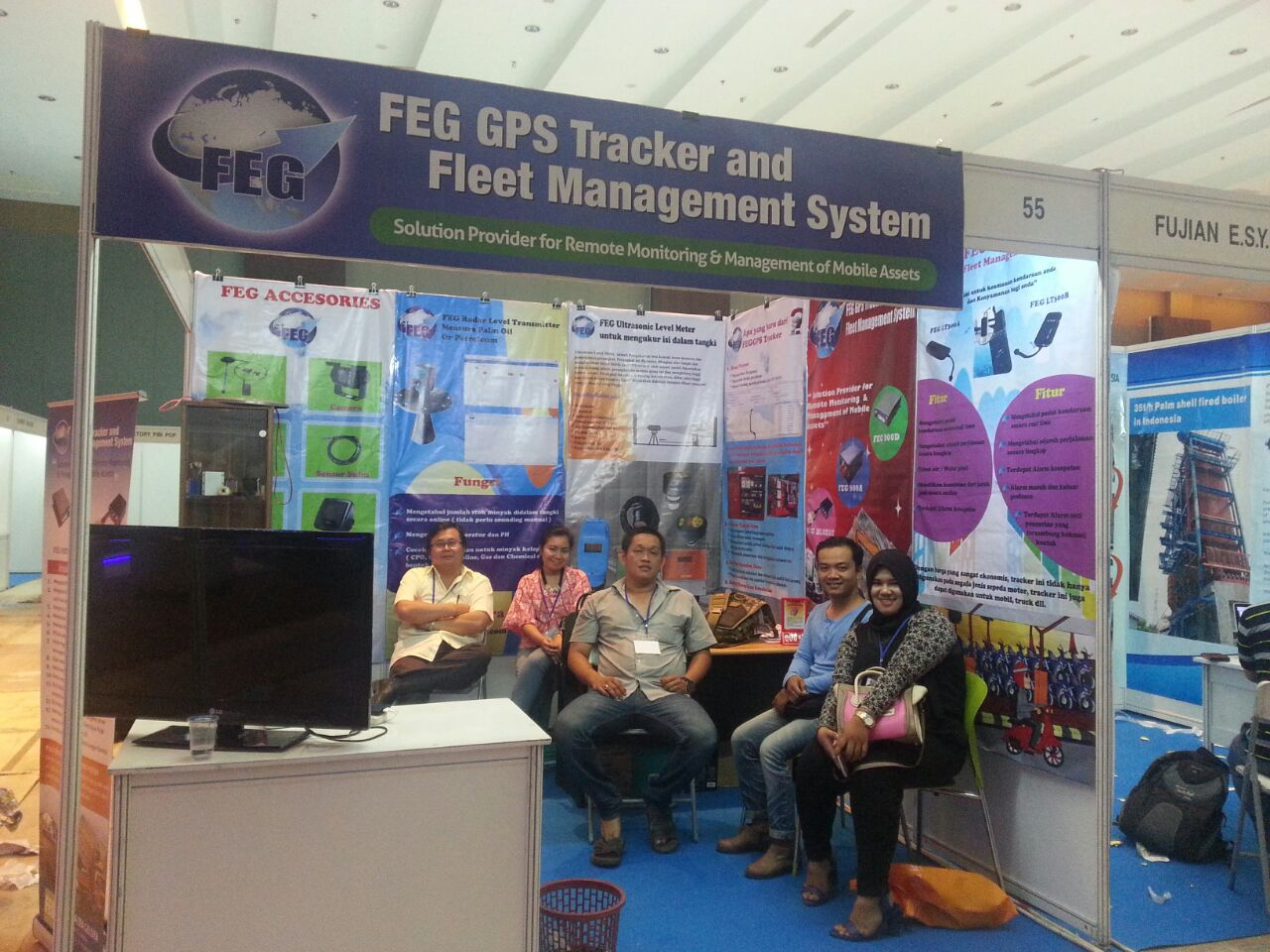 Team and Customer in stand of FEG GPS